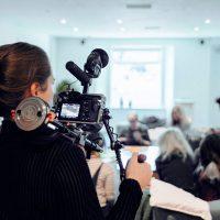 Präsenz und stimmliche Sicherheit vor der Kamera